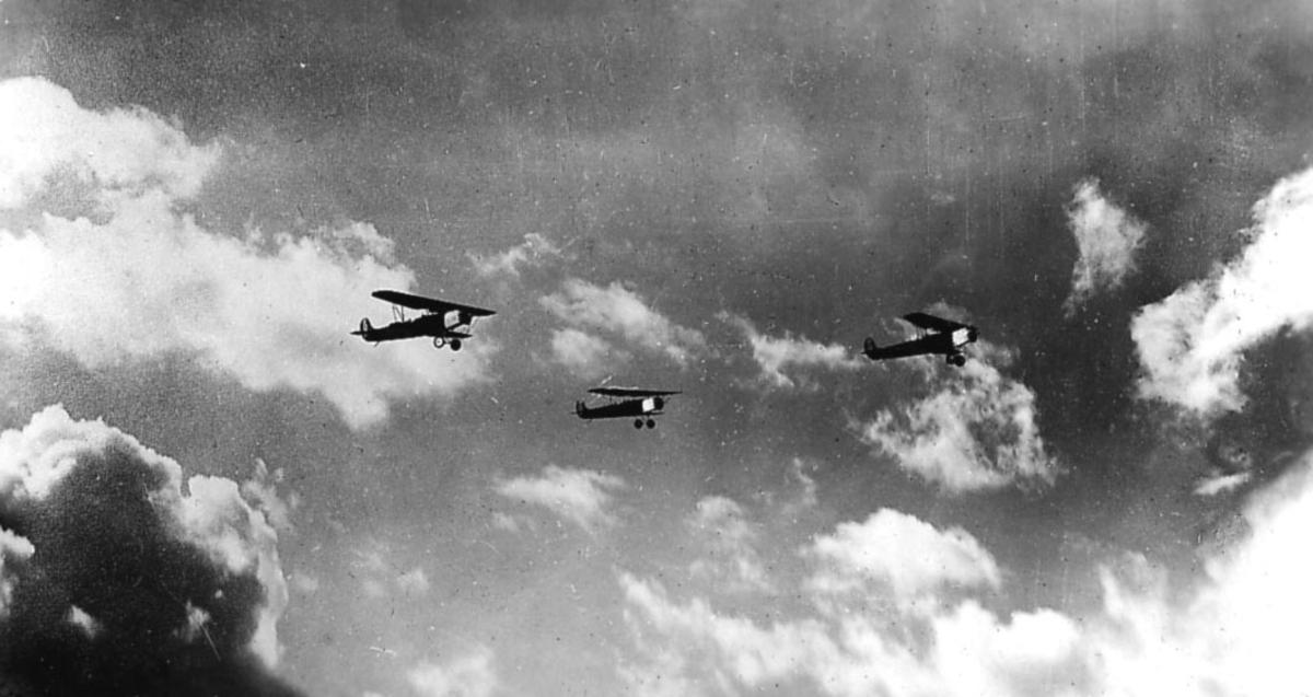 Luftfoto, tre fly i luften, Fokker CVE.    i formasjon.