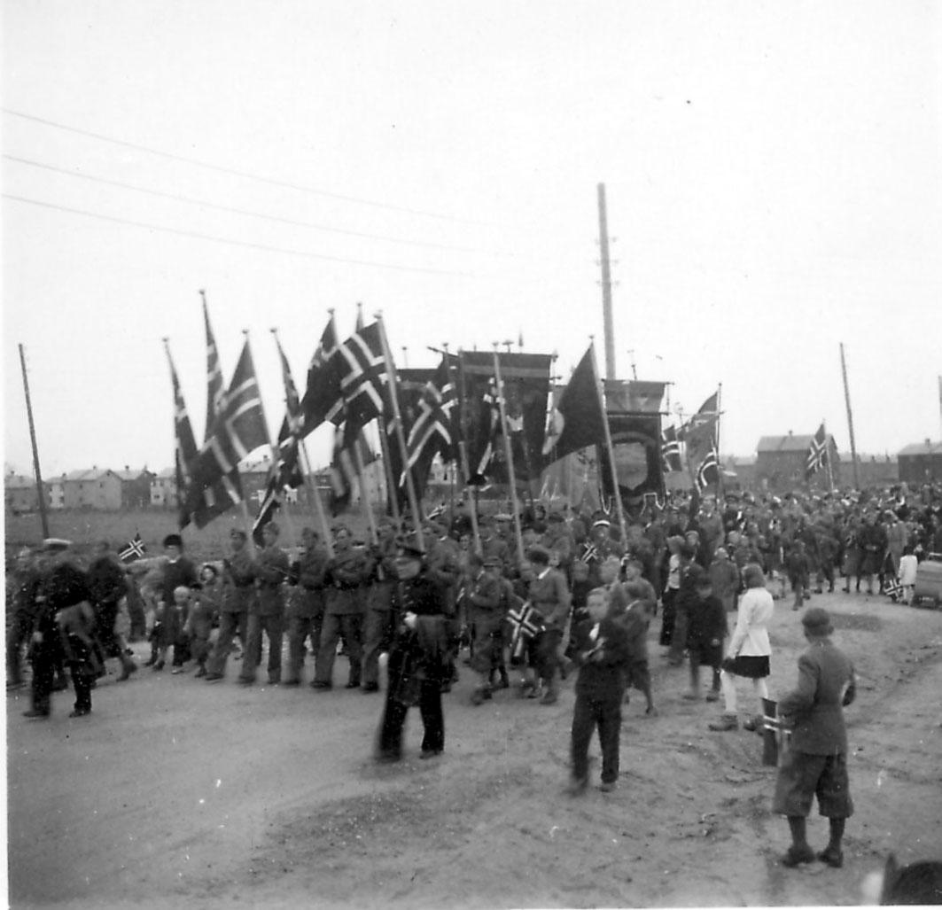 Frigjøringsdagene i Bodø etter krigen 1940 - 1945. Mange personer går i tog med flagg og faner.