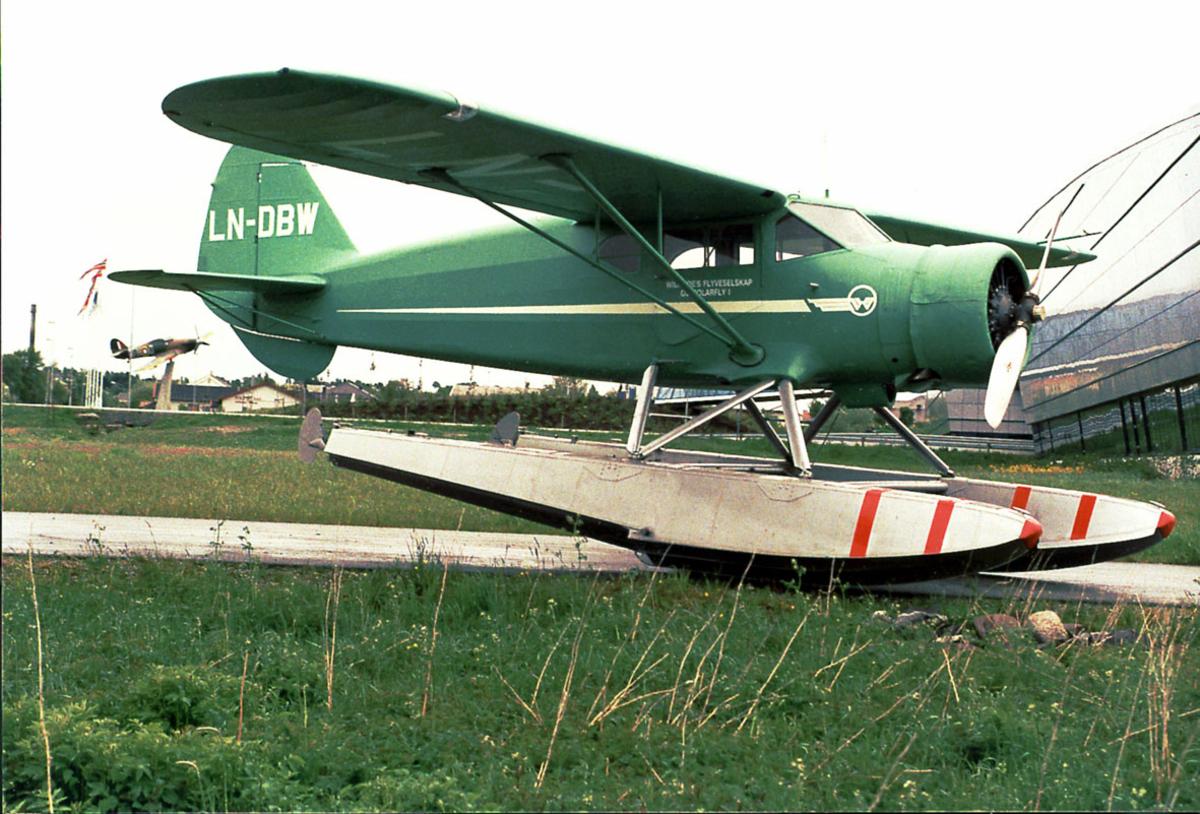 Sjøfly, LN-DBW, C-5 Polar ,Widerøes Flyveselskap. Utenfor Norsk Luftfartsmuseum. Modell av Hurricane på sokkel, sees bak.