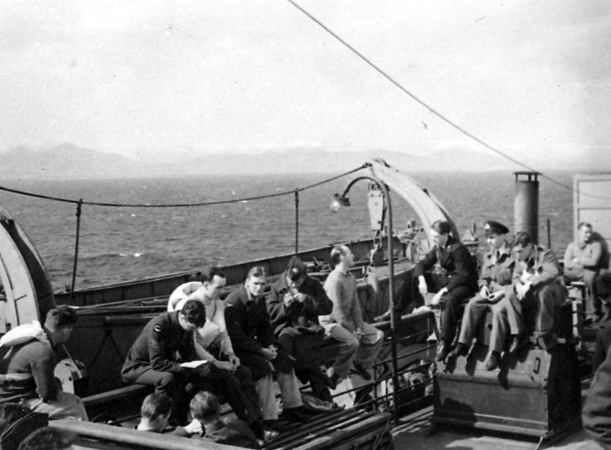 Portrett, en gruppe personer, militære, ombord i fartøy. De fleste i militæruniform.