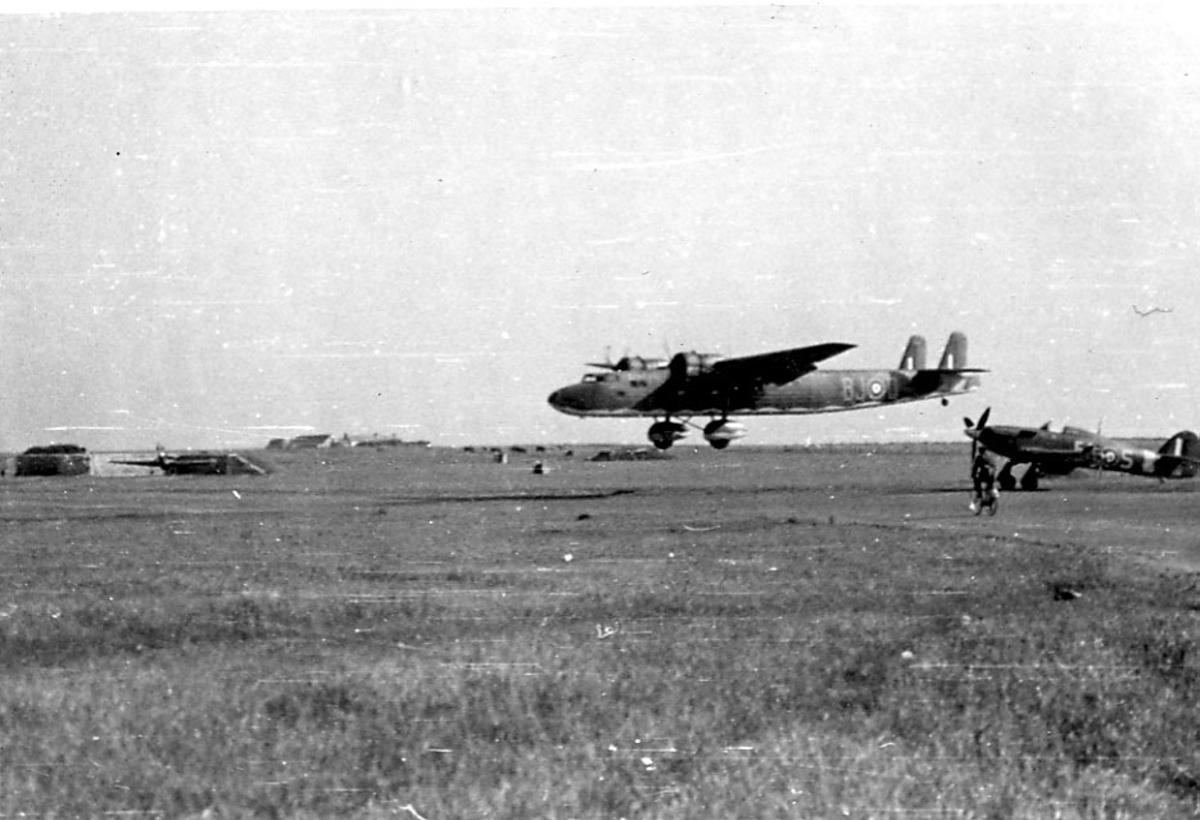 Åpen plass, ant lufthavn. to fly på bakken. Et større fly like over bakken. Person på sykkel t.h. Fly på bakken Hawker Hurricane. Fly i luften Handley Page HP54 Harrow