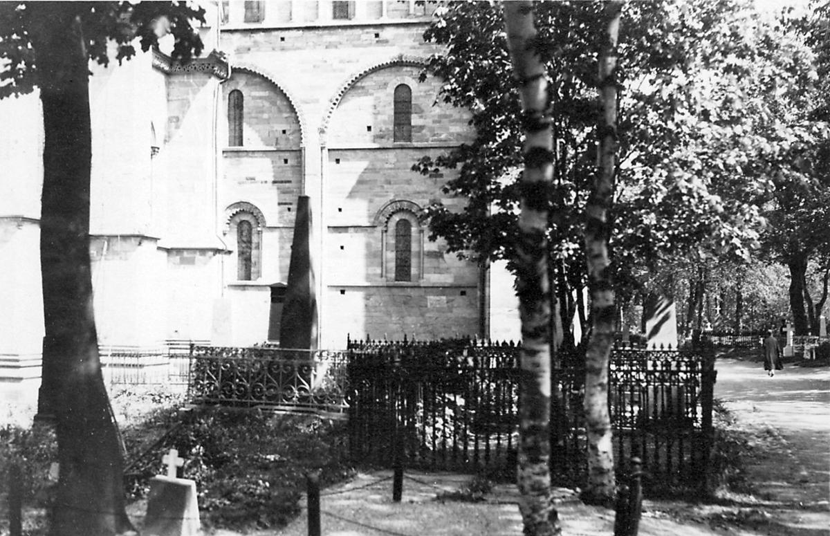 Kirkegård i forgrunnen, litt av Nidarosdomen sees bak t.v. En person t.h.