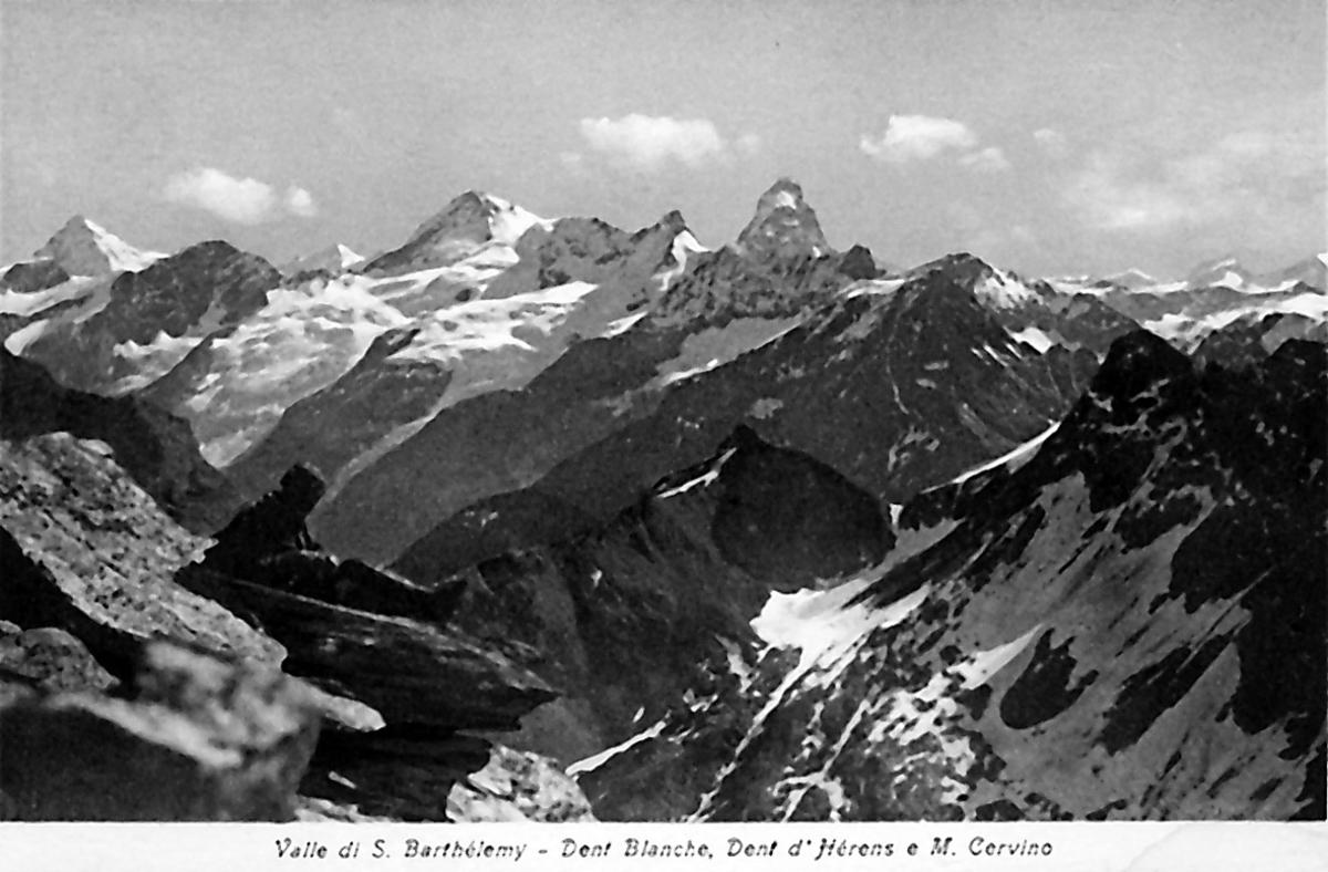 Prospektkort. En person sitter og ser utover fjellandskap.