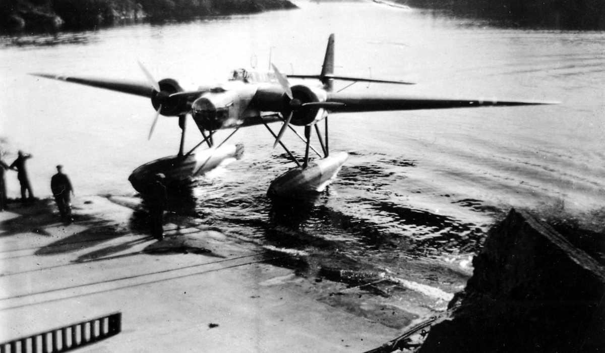 1 fly, Heinkel He 115 (N) A 2, skrått forfra. Taues inn på land.