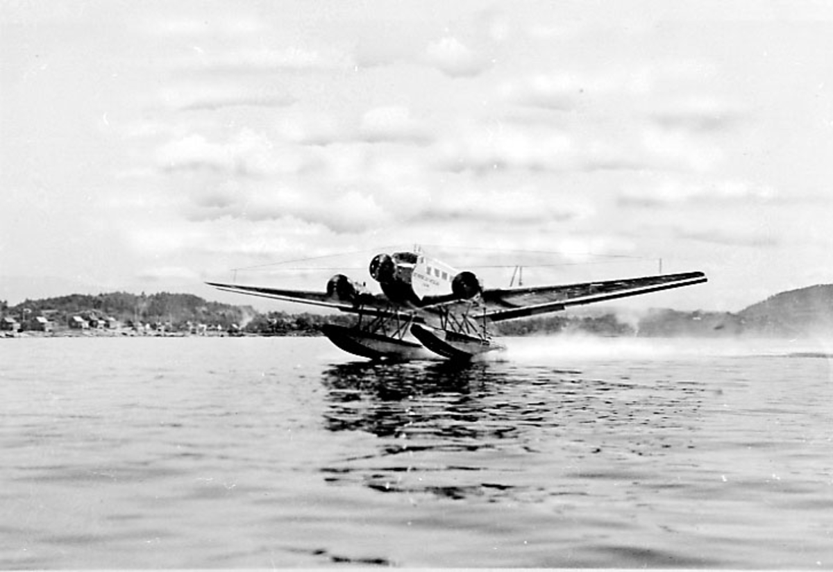 """Luftfoto. Fly, Junkers Ju 52/3mge, LN-DAE, """"Havørn"""". i fart på havoverflata"""
