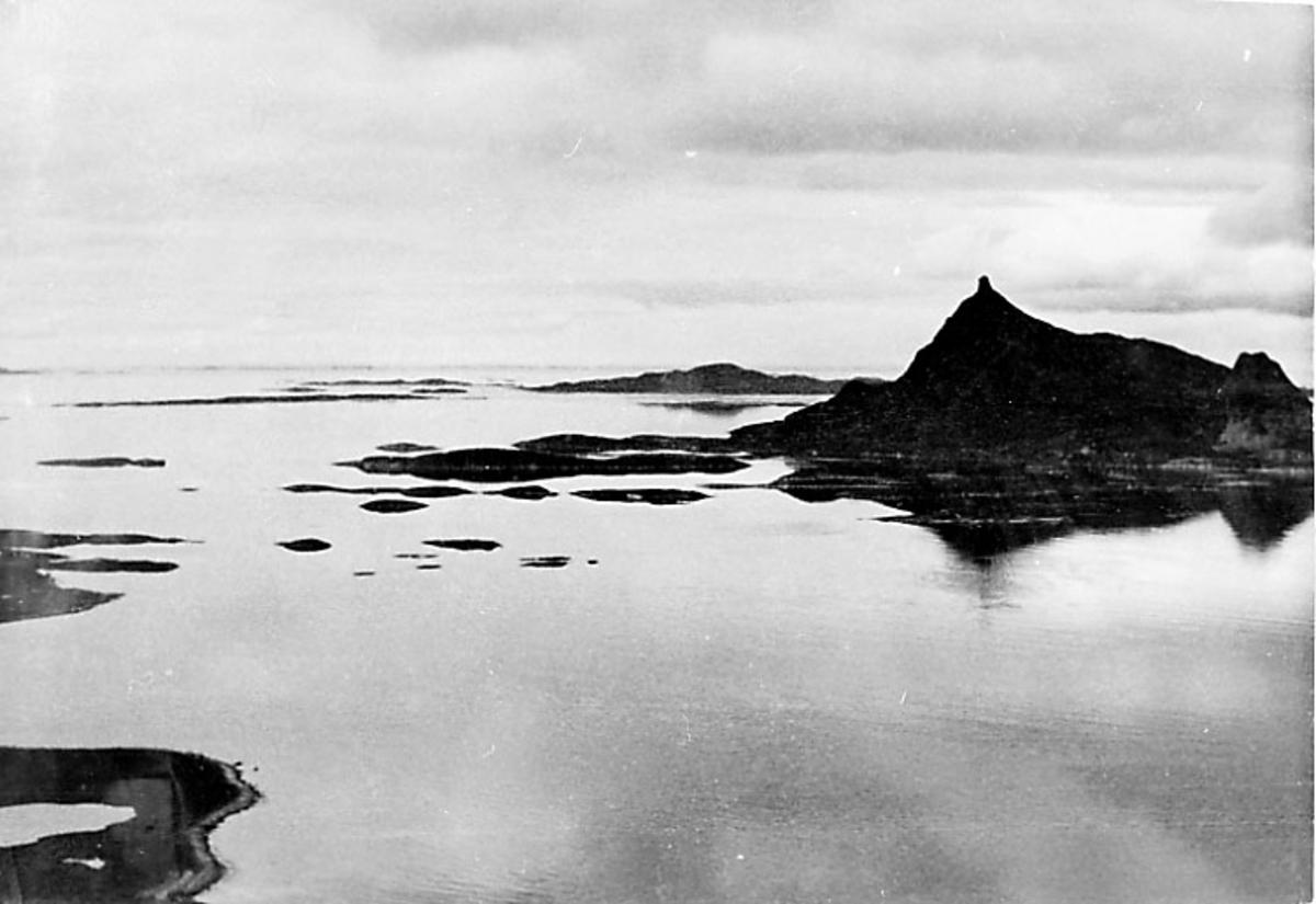 Luftfoto - kystlandskap - fjell og hav - holme.