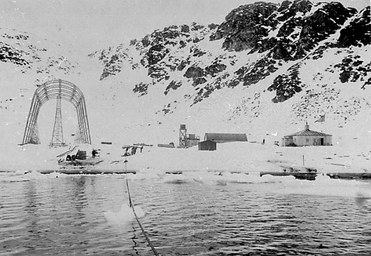 Walter Wellman Nordpolekspedisjon. Lerirområdet med bygninger og luftskiphangar. Ant. tatt fra båt.