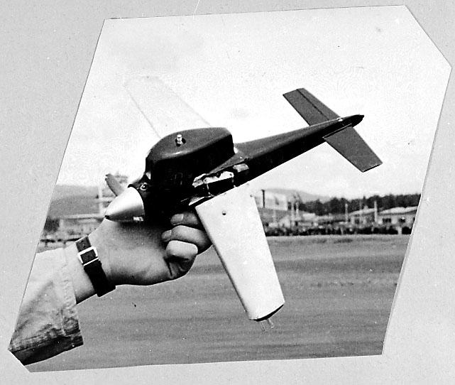 Fra album. 1 person holdewr 1 modellfly i hånden.