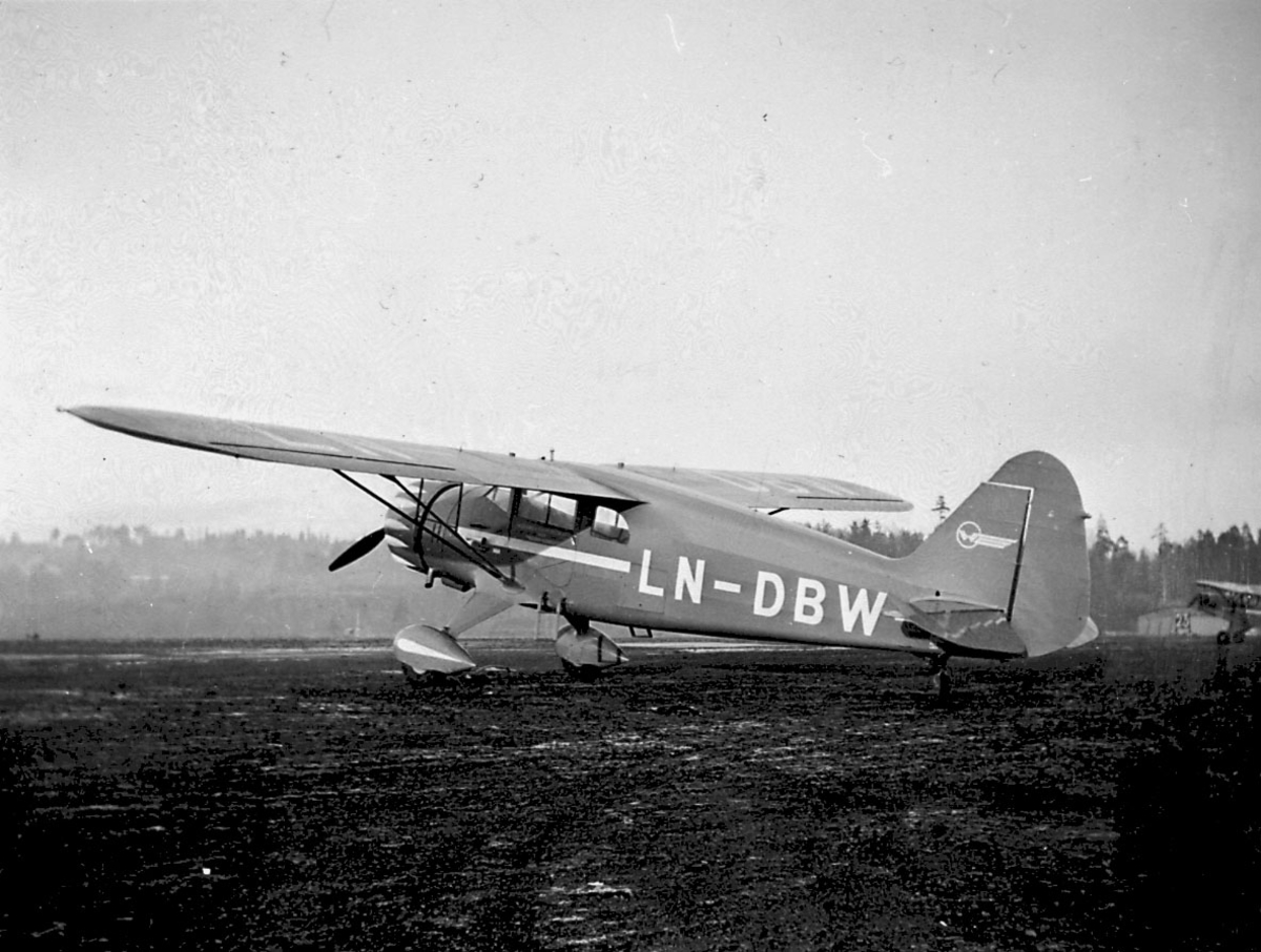 Lufthavn, 1 fly på bakken, B. Hønningstad Polar C5, LN-DBW fra Widerøes Flyveselskap A/S.