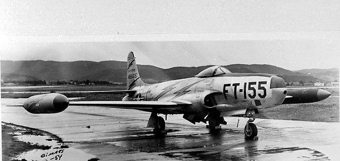 Lufthavn, 1 fly på bakken, RF-80 C Shooting Star, FT-155, fra USAF.