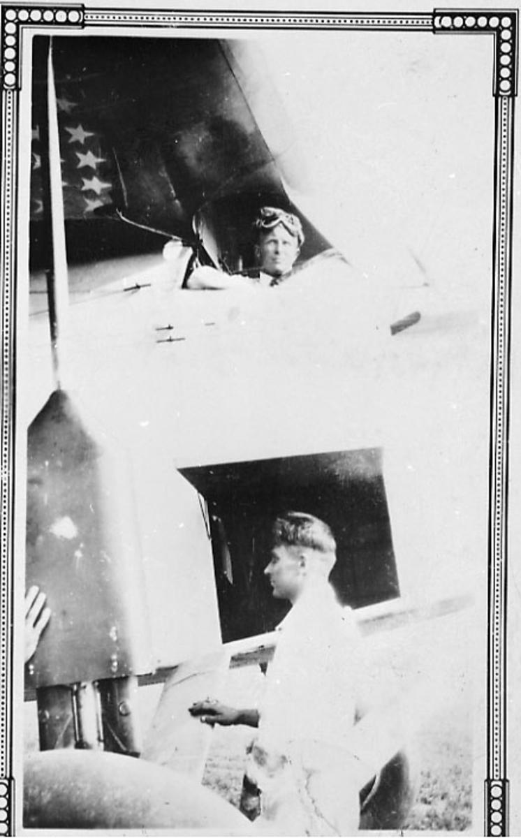 """""""Portrett"""", to personer, en av dem i cockpiten på et fly, en av dem står ved siden av."""