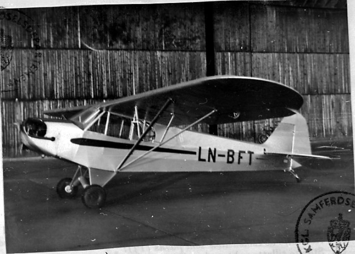 Lufthavn, 1 fly på bakken, Piper Cub L-4H, NL-FT, fra Wegger (28.05.1958).