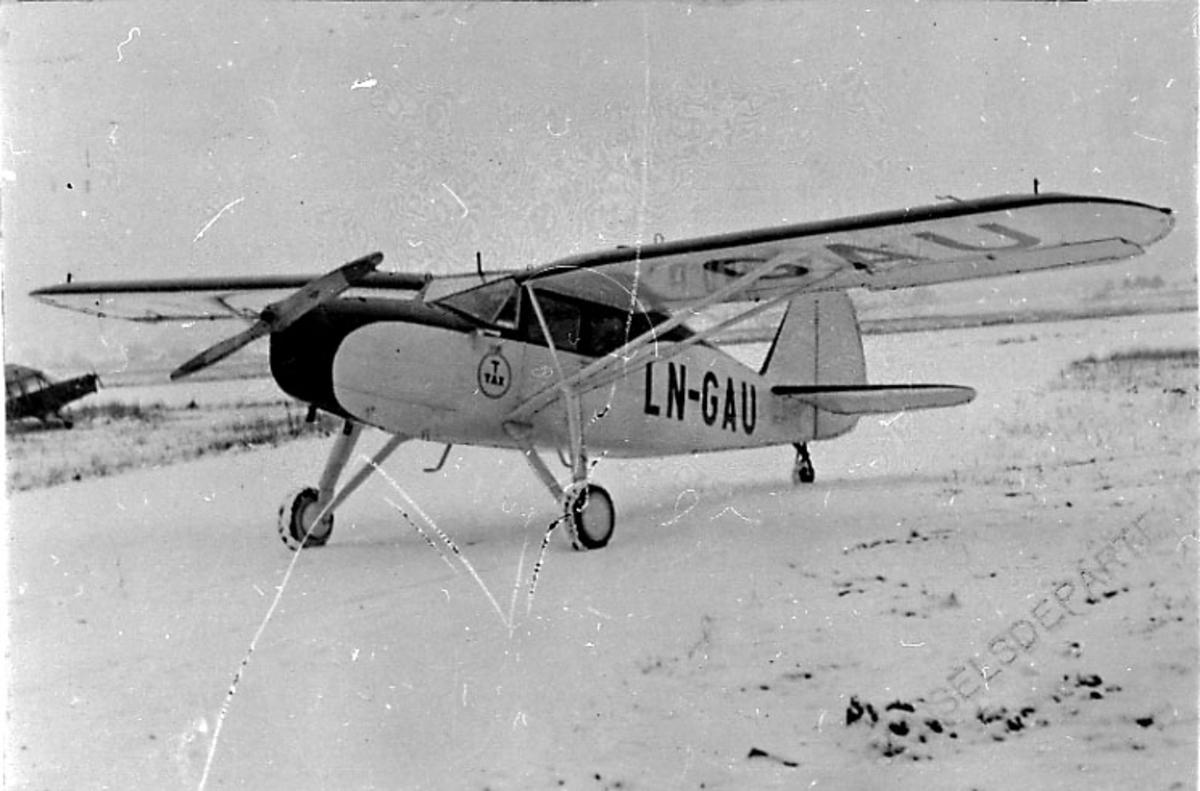 1 fly på bakken, Argus III UC-61K, LN-GAU, fra A/S Tønsberg & Horten D/S selskap.