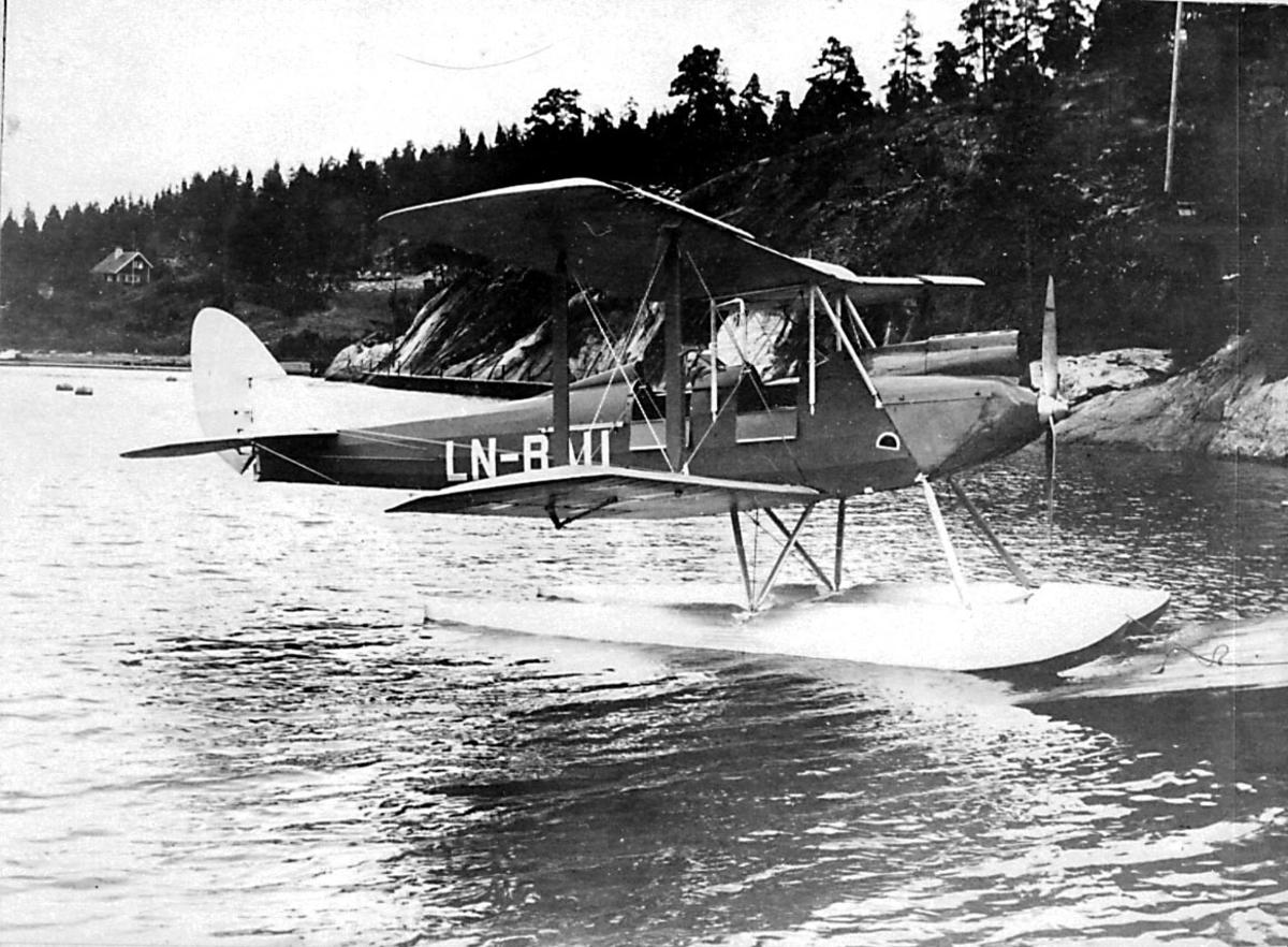 1 sjøfly i vannkanten, DH-60 Moth Auto Slot, LN-BAU fra Widerøes Flyveselskap A/S.