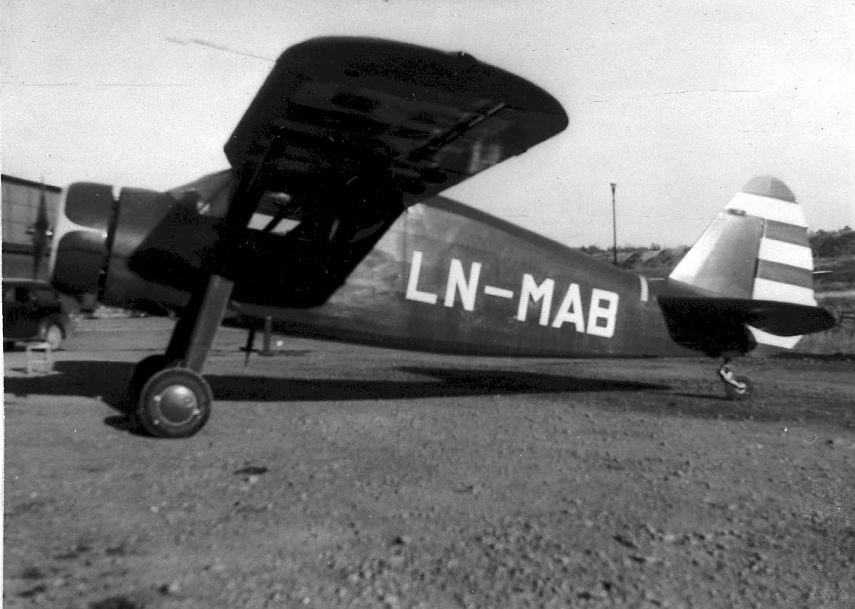 Lufthavn, 1 fly på bakken, Fairchild Argus II UC-61-A LDB 214 LN-MAB fra E. S. Tofte & Co A/S, Oslo