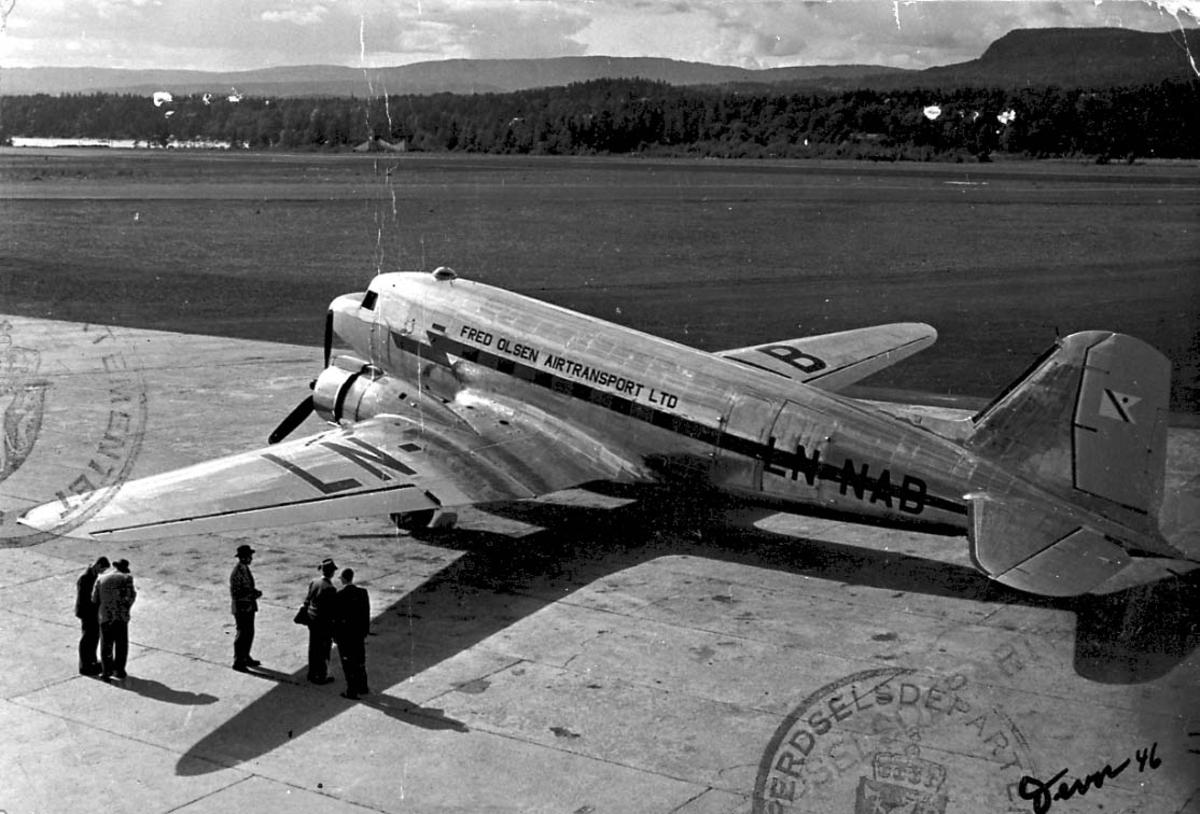 Lufthavn, 1 fly på bakken, Douglas DC-3 - C-47 Dakota A-5-DK LDB 151 LN-NAB fra Fred Olsens Flyselskap A/S