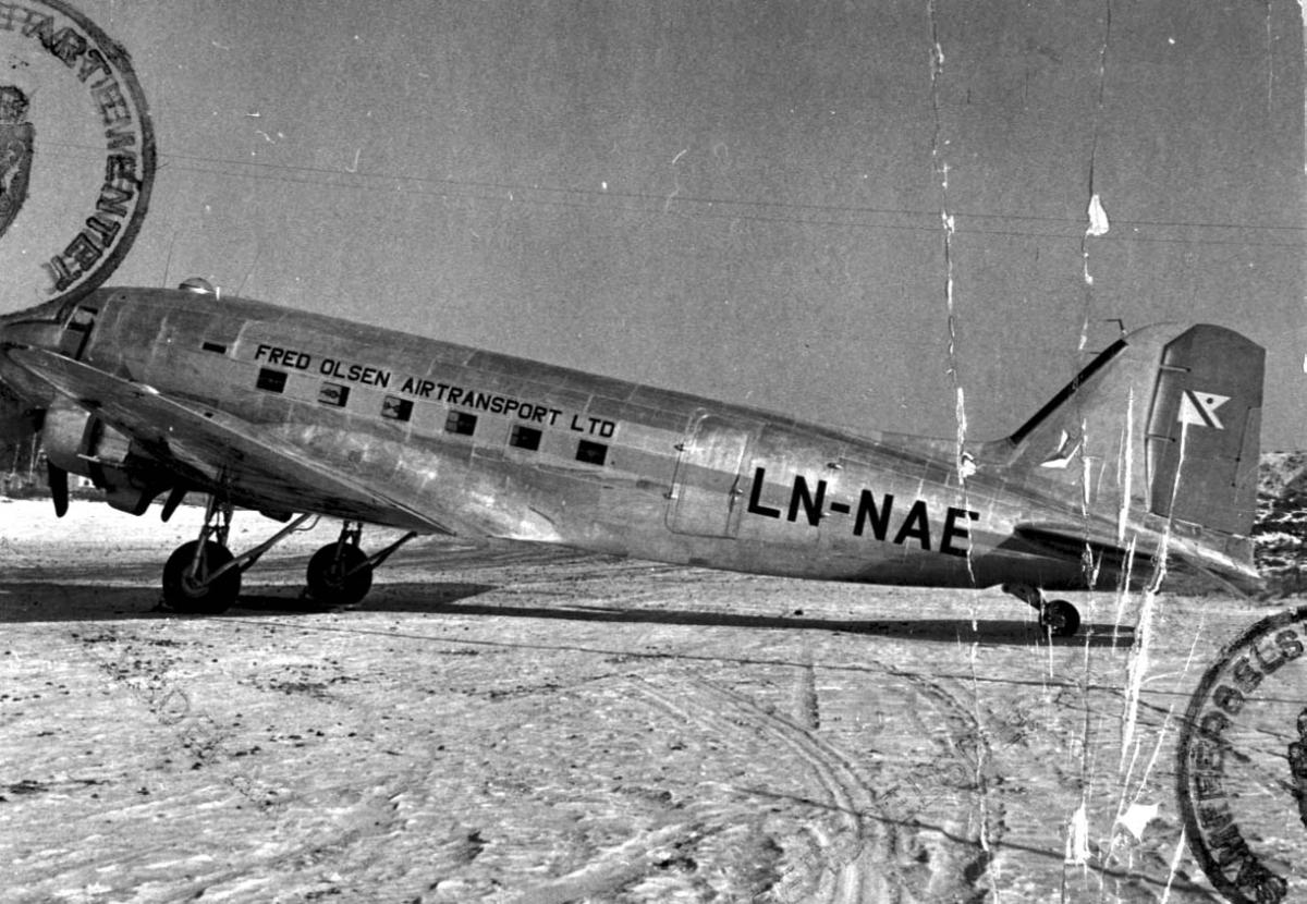 Lufthavn, 1 fly på bakken, Douglas DC-3 C-47 Dakota A-5-DK LDB 166 LN-NAE fra Fred Olsens Flyselskap A/S.
