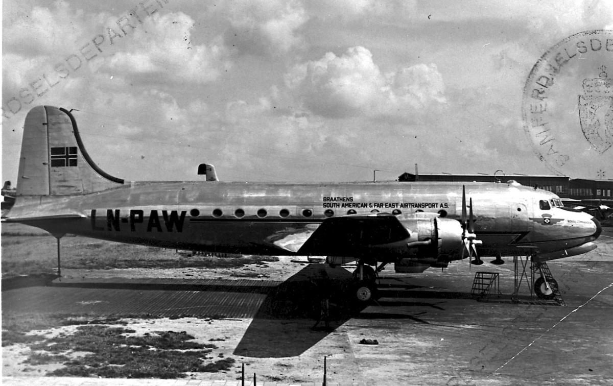 """Lufthavn, 1 fly på bakken, Douglas DC-4 C-54 C-54A-15 LDB 260, """"Norse Commander"""" LN-PAW fra Braathens SAFE A/S."""
