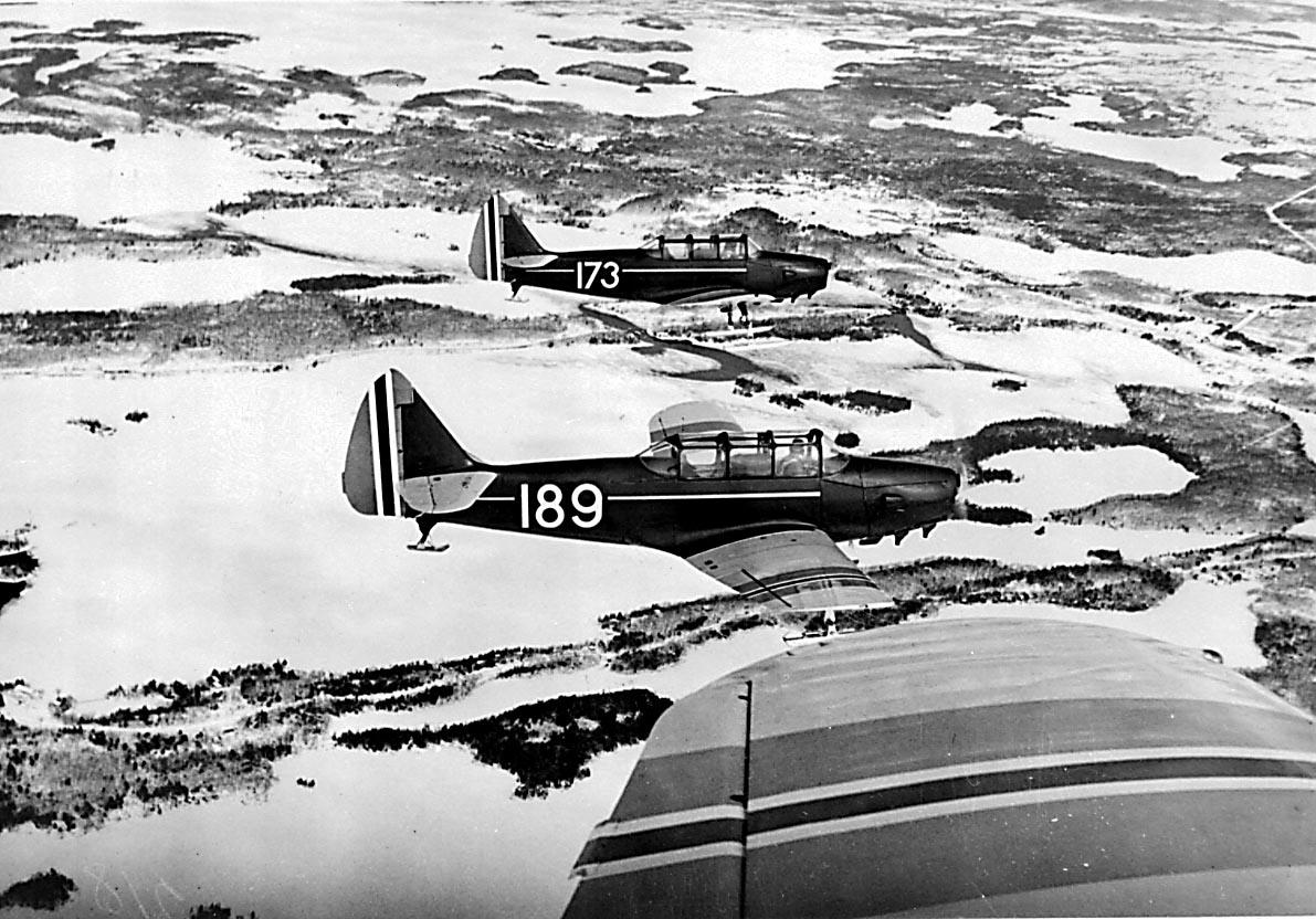 Luftfoto. 2 fly i formasjon Fairchild PT-26-FA Cornell, 189 og 173, fra Hærens Flyvåpen i Toronto.