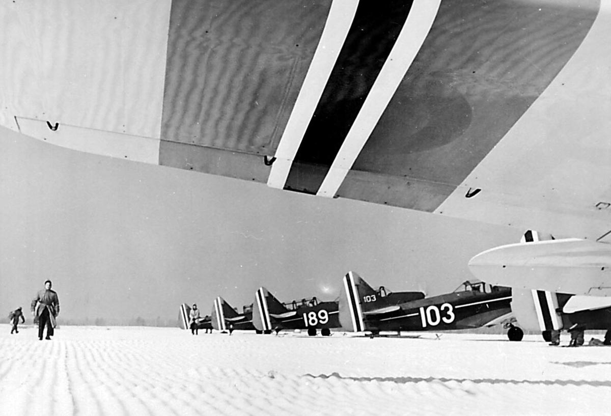Lufthavn. 6 fly på bakken. Fairchild M-62A  og PT-26-FA Cornell, bl.a. 103 og 189, fra Hærens Flyvåpen i Toronto.