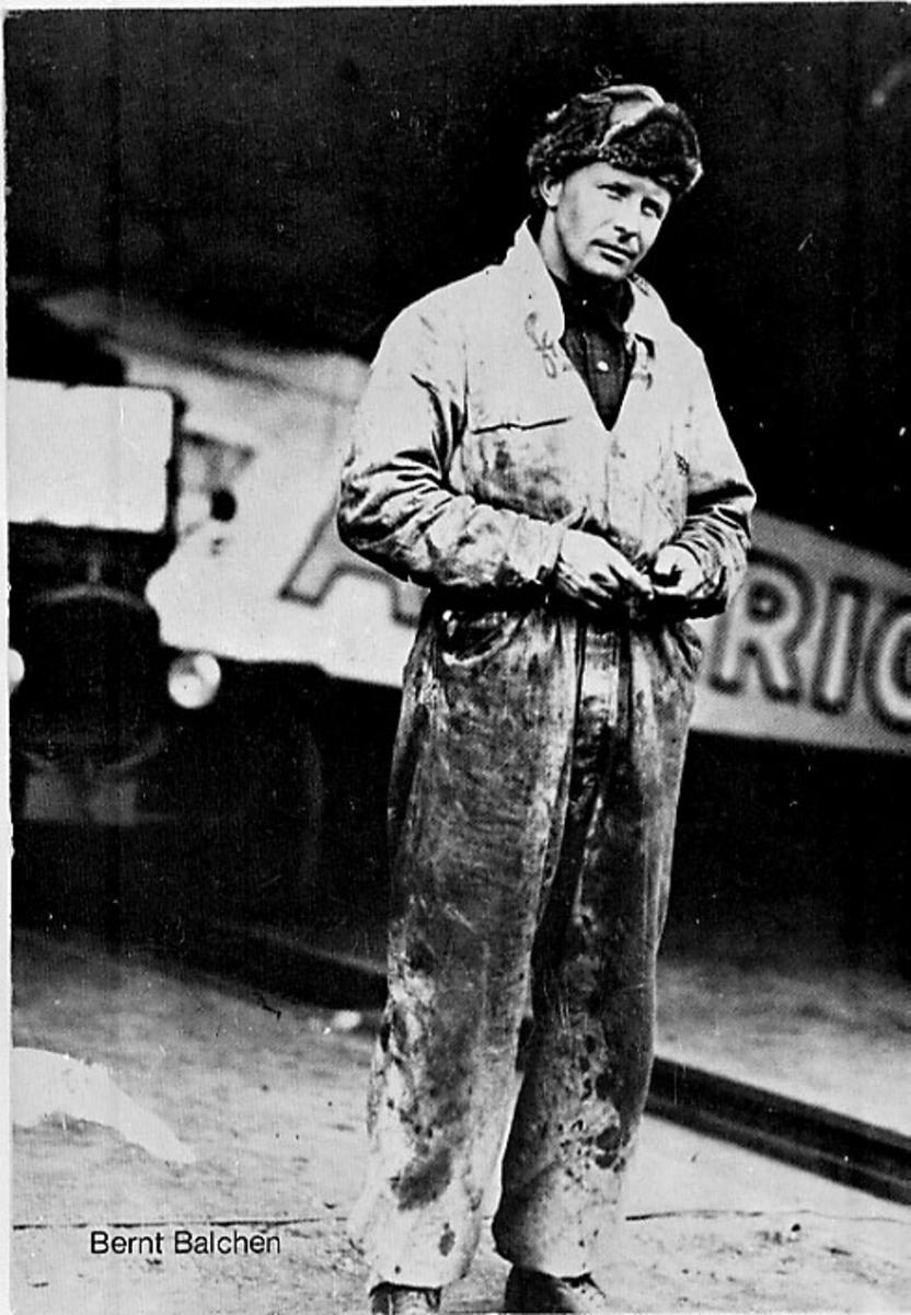"""Portrett 1 personer står foran 1 fly, Fokker C-2 C-2A """"America"""" bruker Admiral Byrd."""