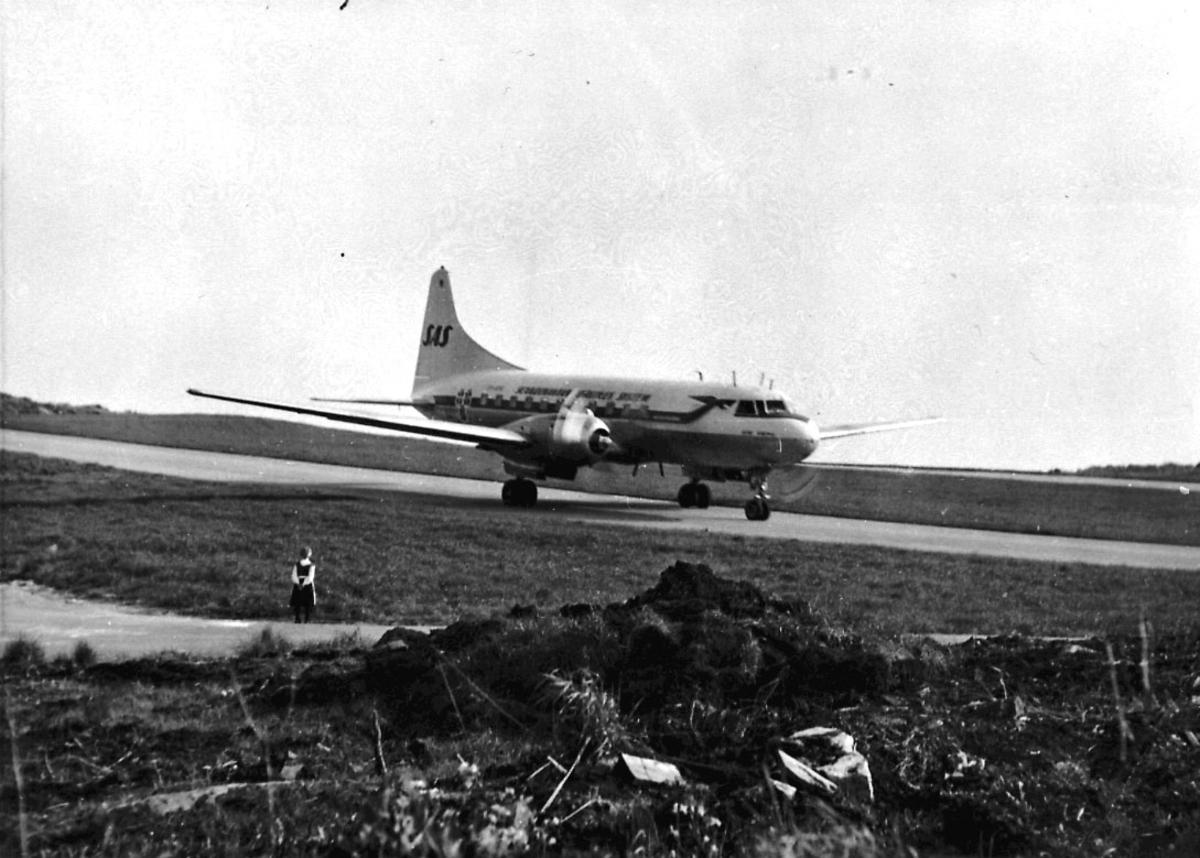 Lufthavn, 1 fly på bakken, Convair 440l Metropolitan, fra SAS.