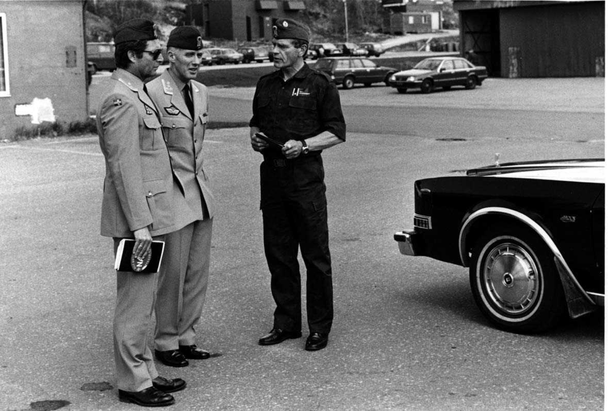 Gruppefoto. Tre mannlige personer. Militært personell.