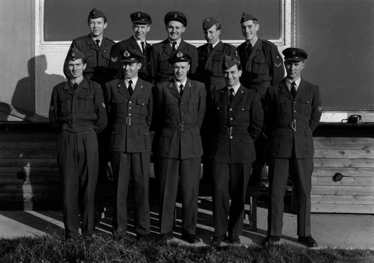Lufthavn - flyplass. Gruppefoto. Mange personer oppstilt. Militært personell.