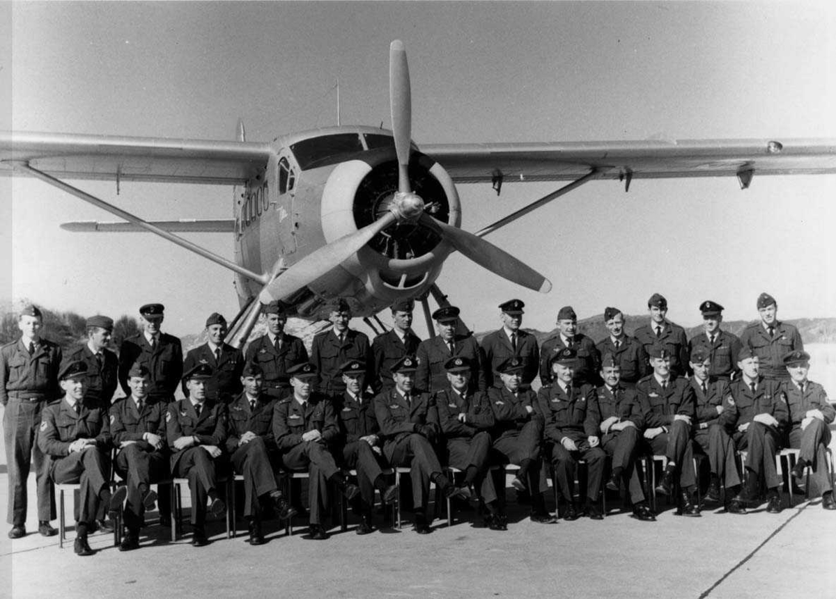 Militært personell. Gruppefoto. Mange personer, menn, oppstilt foran et fly, DHC-3 Otter. Fra 719 skvadronen