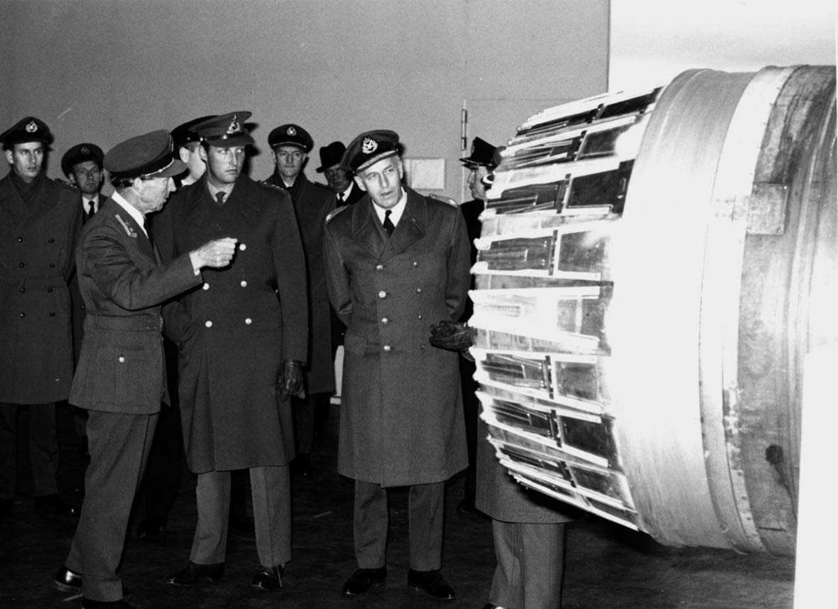 Gruppe   En offiser orienterer Kronprins Harald om en jetmotor.