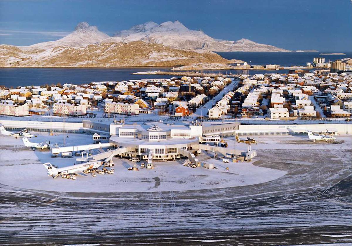 Luftfoto. Den sivile fkyterminalen med deler avbyen og øyer i bakgr.