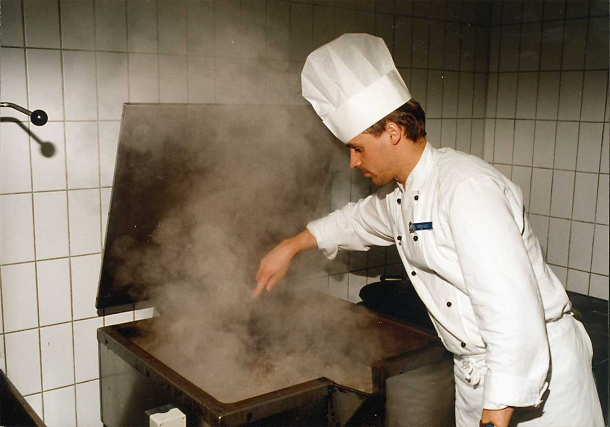 Mannskapsmesse. En kokk i aksjon med steking.