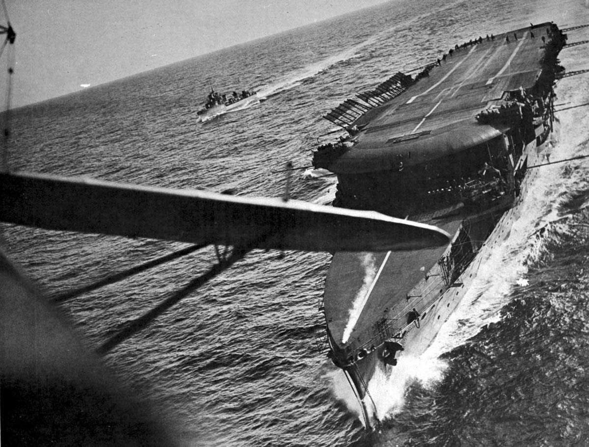 "Militærfartøy. Hangarskip ""Glorious"" i fart."