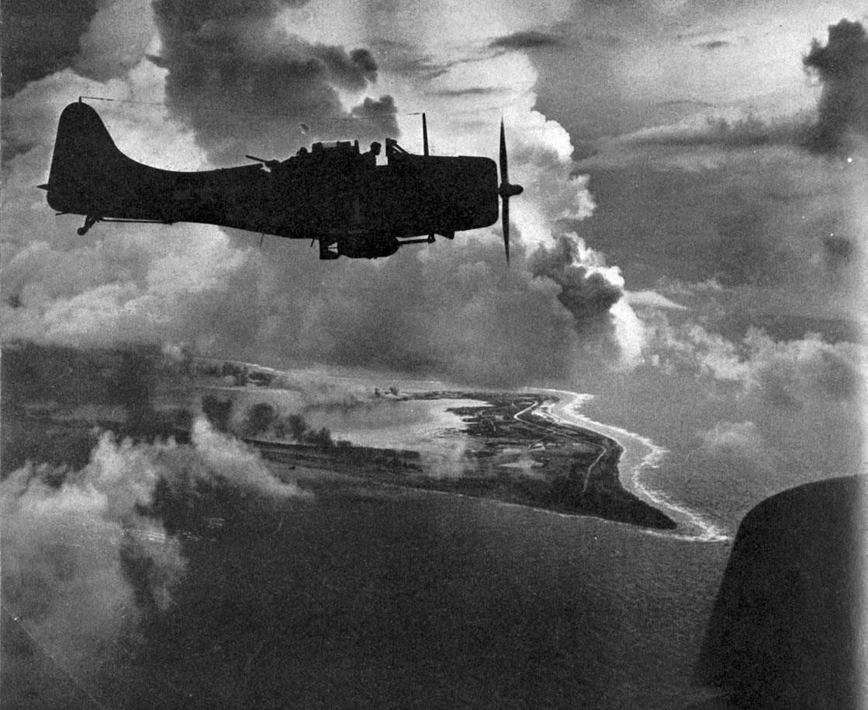 Luftfoto. 1 fly i lufta, Douglas Dauntless, SBD-5 fra USN