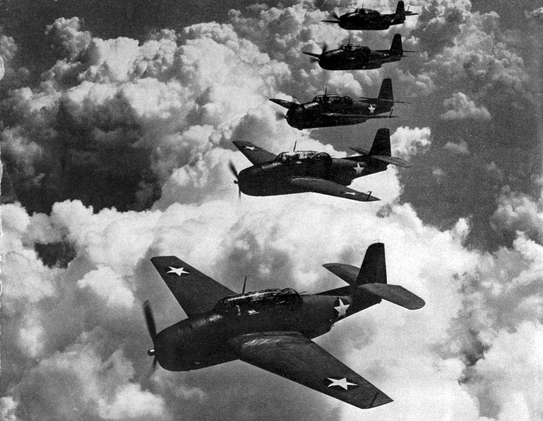 Luftfoto. 5 fly i formasjon, Grumman TBF-1 Avenger