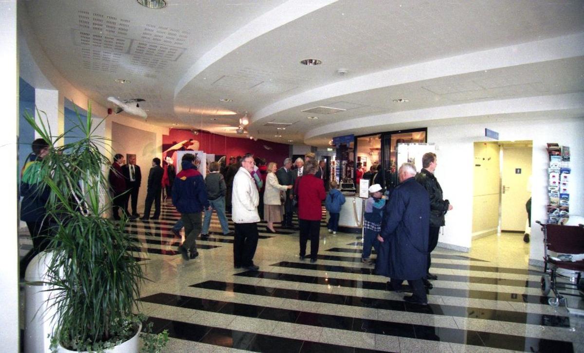 Interiør. Norsk Luftfartsmuseums åpning militære del. Fra inngangspartiet med resepsjon. Publikum strømmer til.