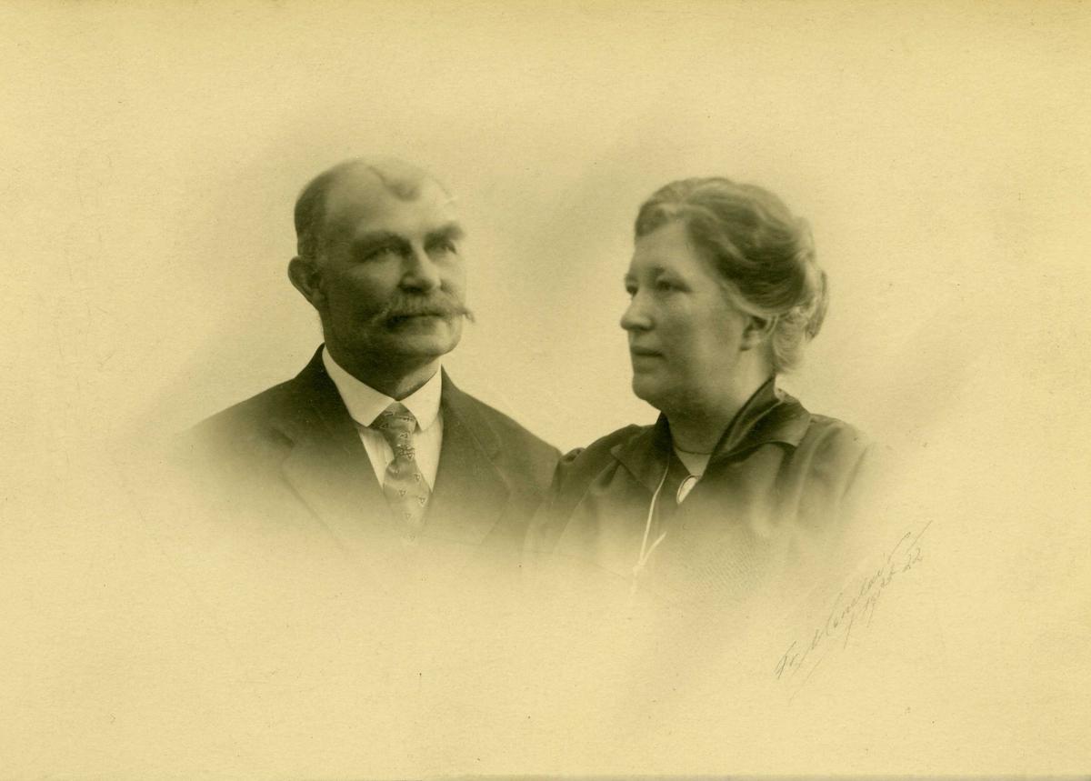 Portrett - Havnefogd Theodor Berntin Matland f. 24/9 1864 - død 7/12 1924. Hustru Mette Kristine f. Mathiesen f. 28/2 1872 - død 10/7 1940.