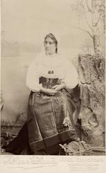 En ung kvinna klädd i högtidsdräkt från Orsa, Dalarna.