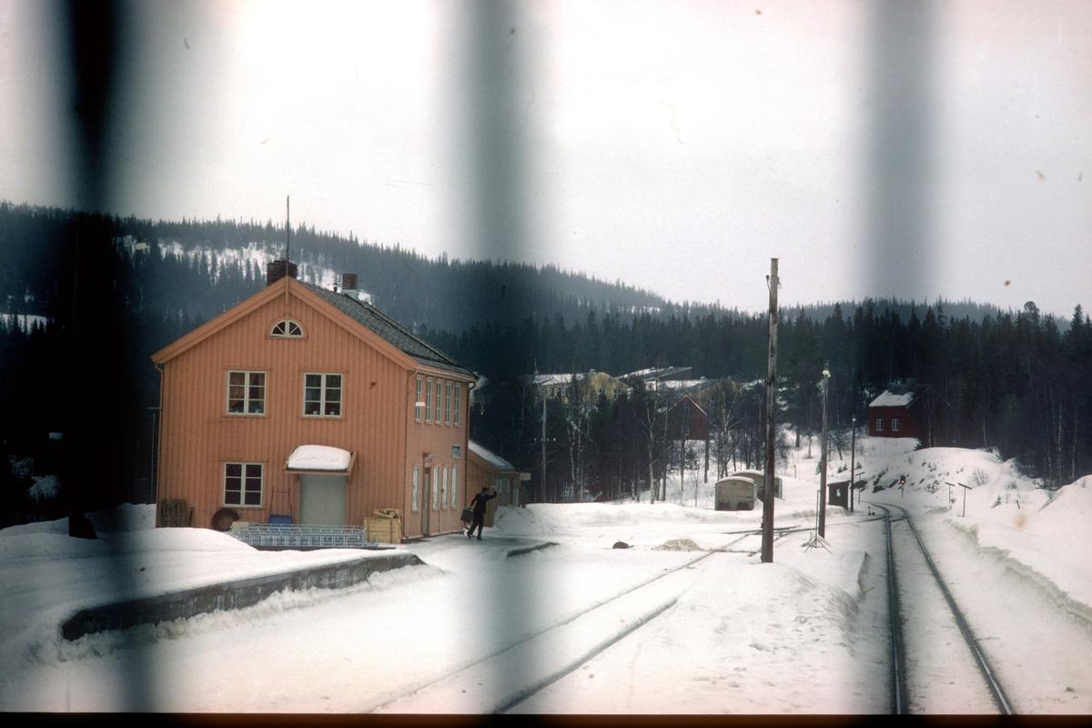 Namsskogan stasjon. Tog 451 kjører inn på stasjonen.