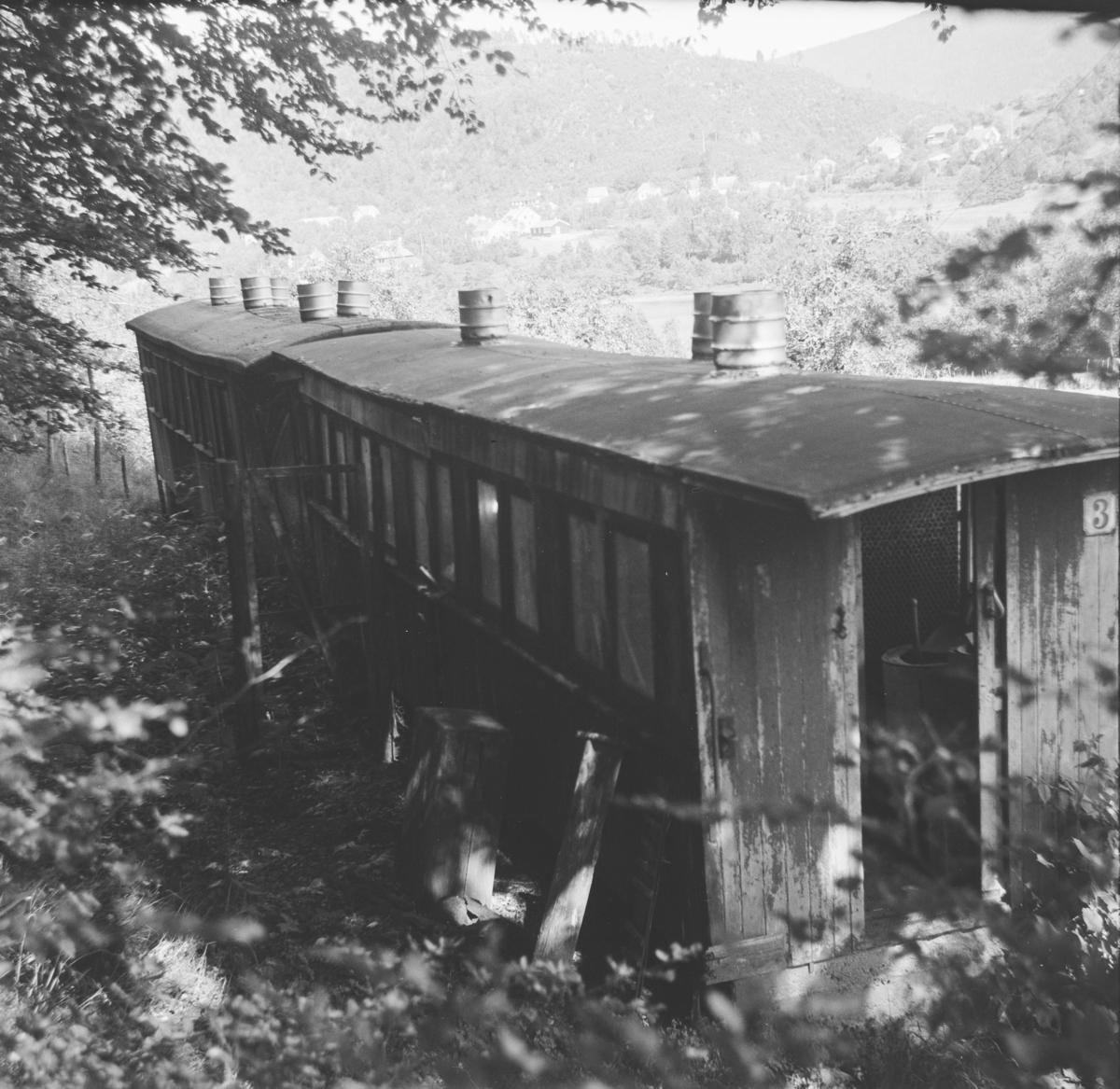 Vognkasser fra Nesttun-Osbanen. Vognen nærmest er bygget av Oldbury, vognen bak er bygget av Skabo.