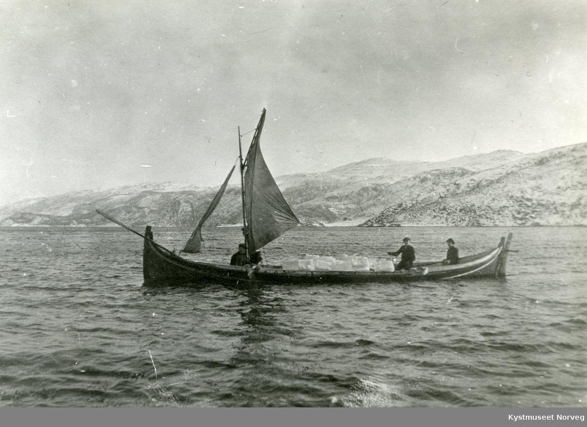 Frakting av is med båt til Fjølvika