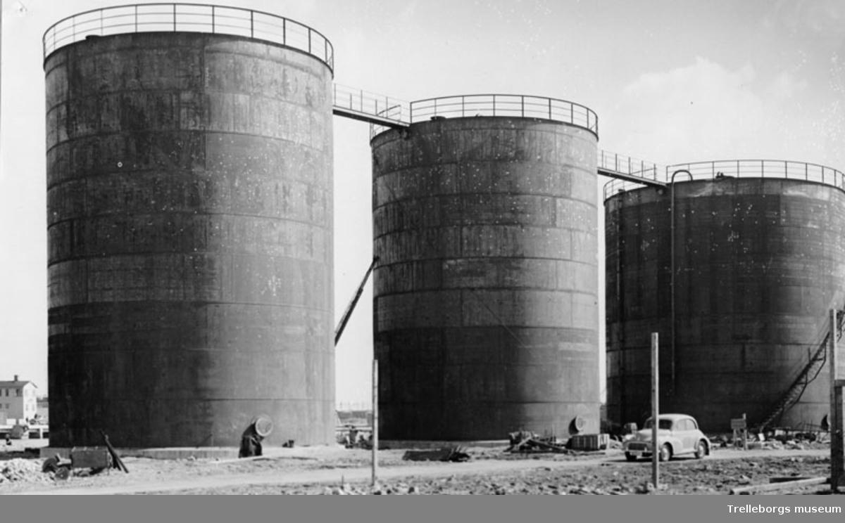 Oljecisterner i hamnen.