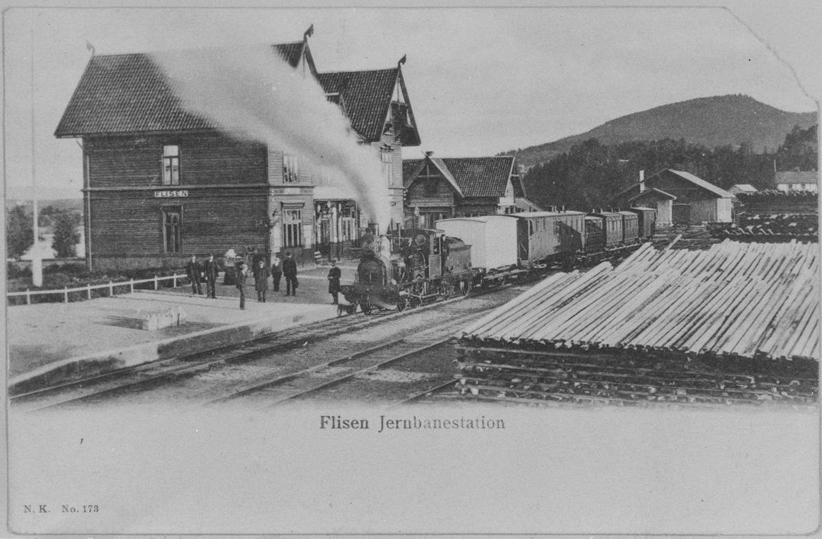 Blandet tog på Flisen (Flisa) stasjon på Solørbanen, trukket av damplok type 5 nr. 21. N.K. (Narvesen Kioskkompani kort nr. 173.