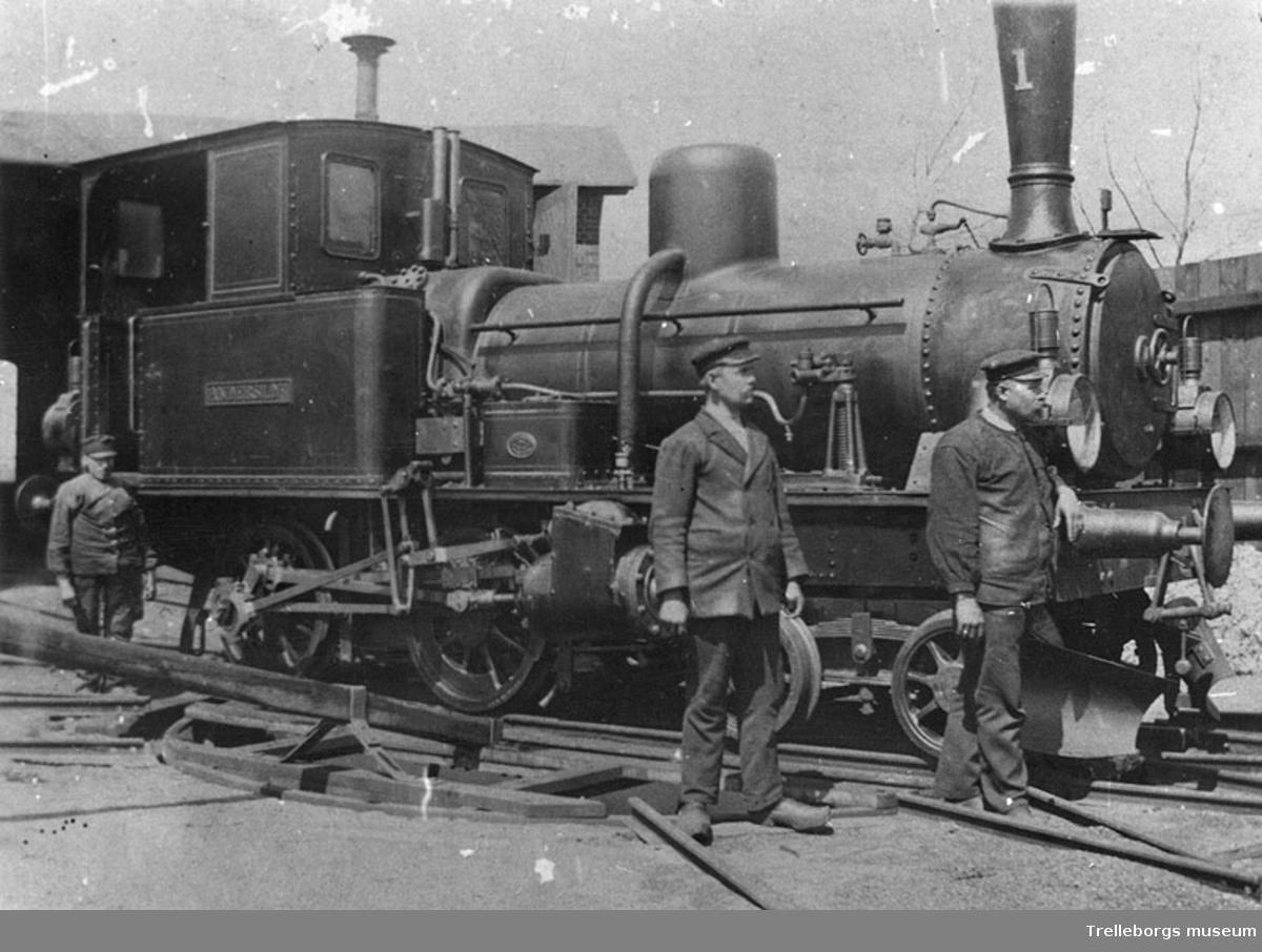 Lok nummer 1. Börringe-Anderslövs järnväg.BAJ lok nummer 1 Anderslöf,tillverkat av Nydqvist & Holm 1884.Behöll nummer och namn då BAJ uppgick i Börringe-Östratorps järnväg,1887.Foto på gamla vändskivan i Östratorp efter 1907.