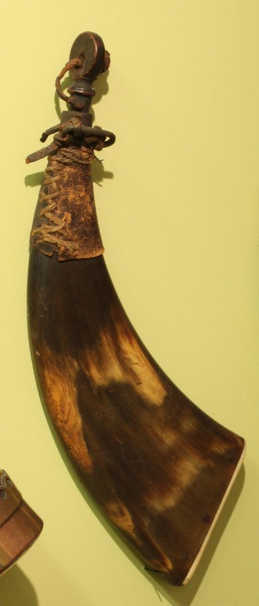 Består av krutthorn, haglpung og et lite horn for knall. Krutthonet er av kuhorn, flatt og med bunn av bein. Det har messinghylse, med en avlang hempe til lerreim. I åpningen er en svart trepropp. Haglpungen har tut av tre og trepropp.Hornet til knall er av geitehorm med trebunn og trepropp.