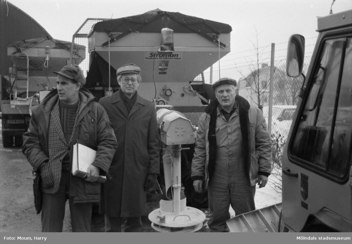 """Gatukontorets centralförråd vid Skedebrogatan i Mölndal, år 1985. """"Arbetschef Lennart Wigén, gatuchef Ragnar Sjöstrand och Harry Andersson från parkavdelningen framför en """"ströbil"""".""""  För mer information om bilden se under tilläggsinformation."""