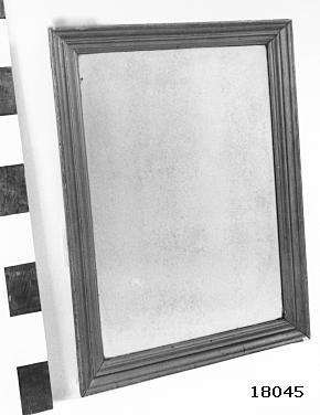 """Rektangulär spegel med fögylld, profilerad träram. Baksida klädd med trä, öglor för upphängning. Skrivet med blyerts : """" Chapman """" samt """" Balder """"."""