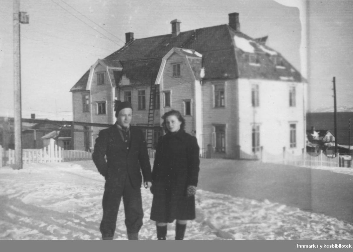 Arnulf og Snefrid Hagen fotografert utenfor kysthospitalet i Vadsø