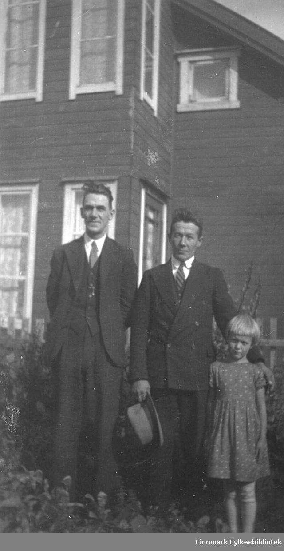 Fra venstre Einar Akermann Olsen og Fridtjof Leiknes med datteren Ingrid. Bildet er tatt ca. 1937-1939