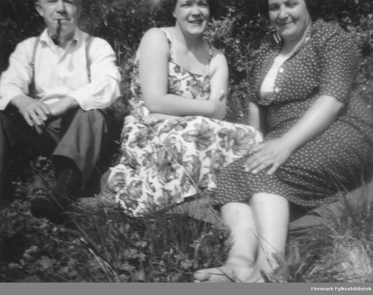 Utenfor Kvam-familiens hytte i Fossen sommeren 1960